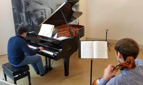 Assaig del pianista Ricard Rovirosa amb el violoncel·lista, Octavian Lup.