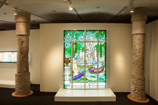 Vitrall de les Dames de Cerdanyola a la sala d'exposicions de La Pedrera.